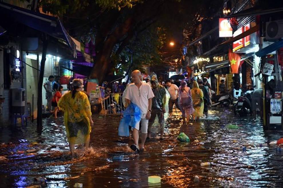 Hà Nội mưa trong đêm, nhiều tuyến đường mênh mông nước-3