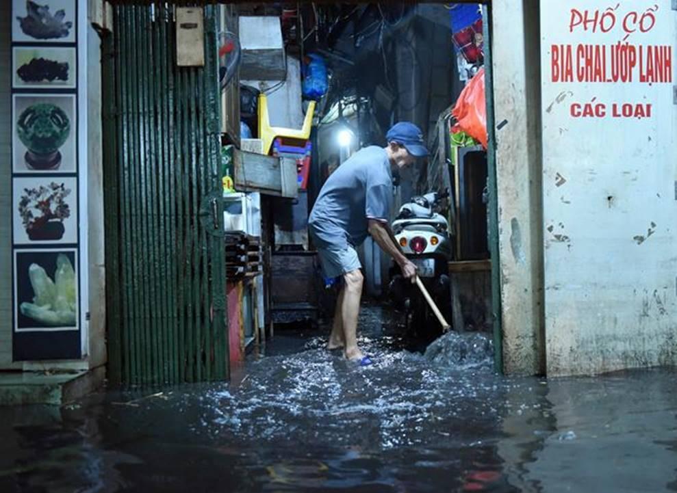 Hà Nội mưa trong đêm, nhiều tuyến đường mênh mông nước-4