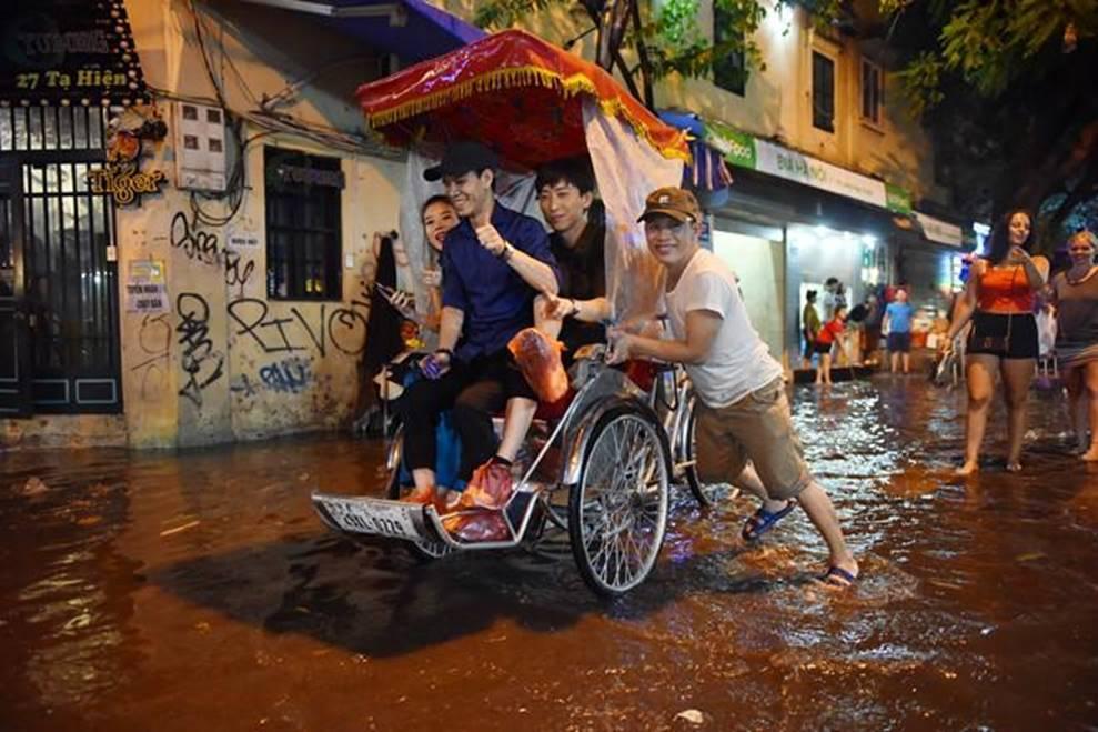 Hà Nội mưa trong đêm, nhiều tuyến đường mênh mông nước-6