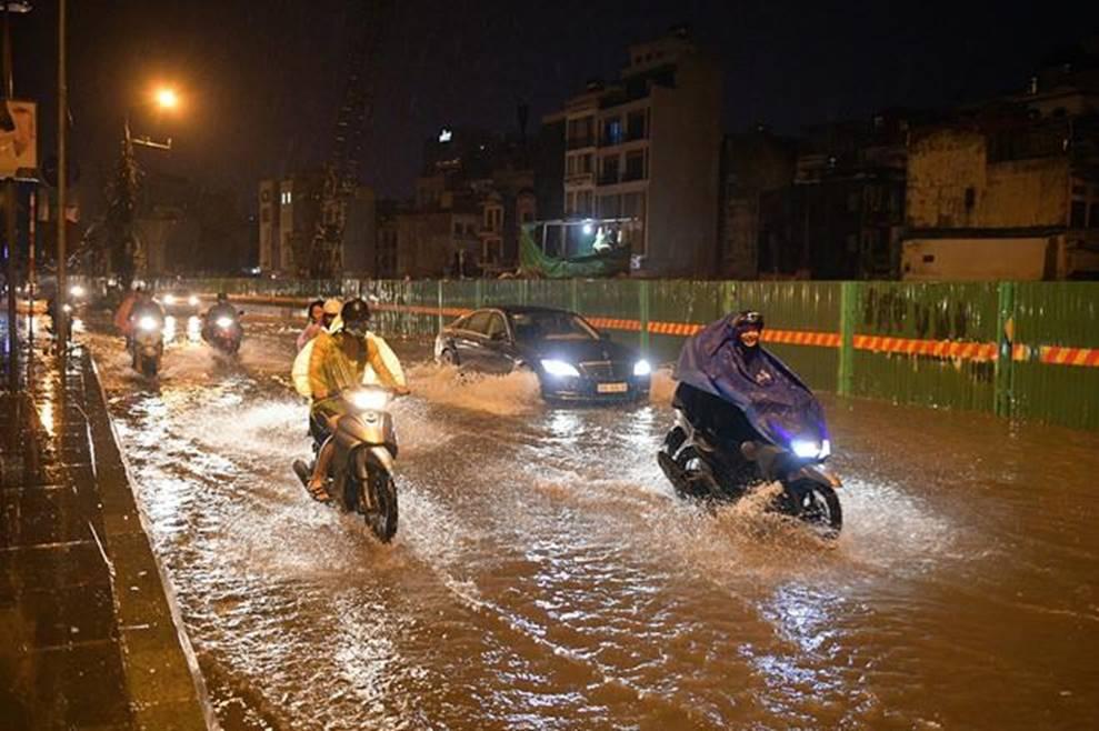 Hà Nội mưa trong đêm, nhiều tuyến đường mênh mông nước-8