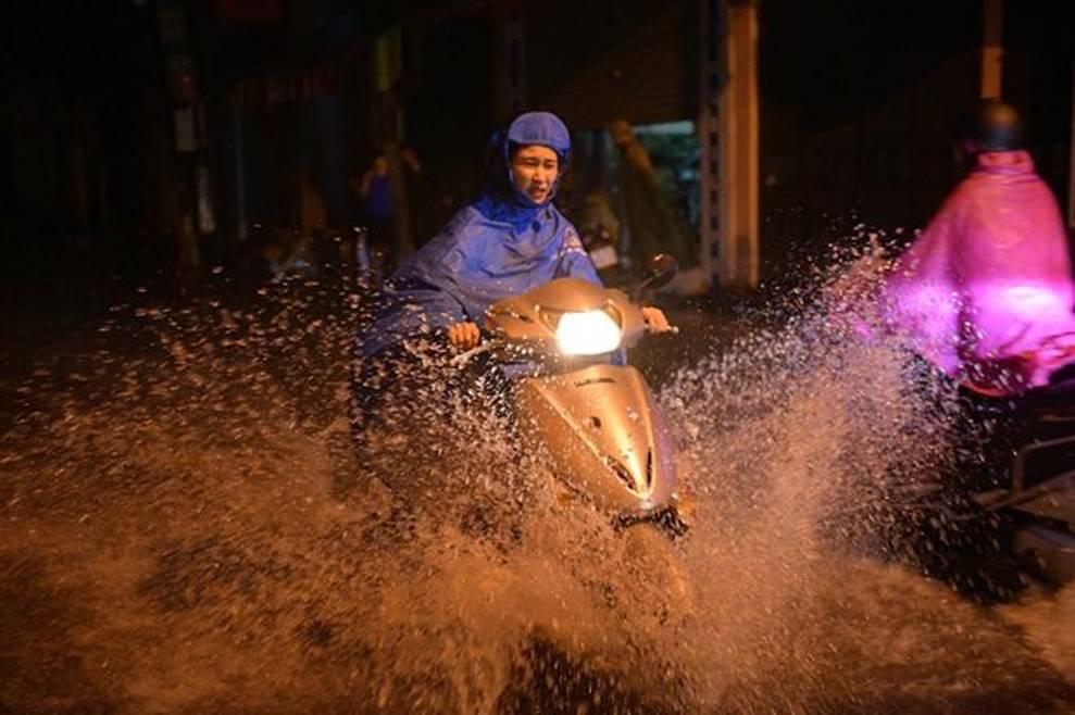 Hà Nội mưa trong đêm, nhiều tuyến đường mênh mông nước-9