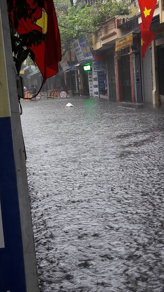 Hà Nội phố cũng như sông, dân tình ca thán vì nghỉ lễ chỉ ở nhà... ngắm mưa to, lụt lội-1