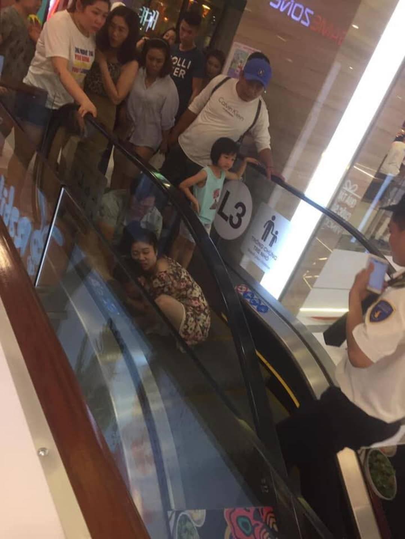 Nha Trang: Lại thêm một em bé ngã xuống thang cuốn ở trung tâm thương mại khiến người chứng kiến thót tim-1