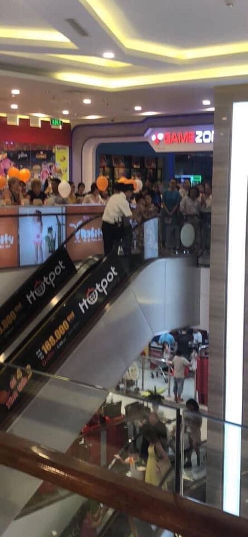 Nha Trang: Lại thêm một em bé ngã xuống thang cuốn ở trung tâm thương mại khiến người chứng kiến thót tim-3