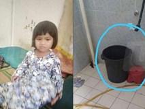 Mải cho con nhỏ bú, mẹ chết lặng với cảnh tượng trong phòng tắm