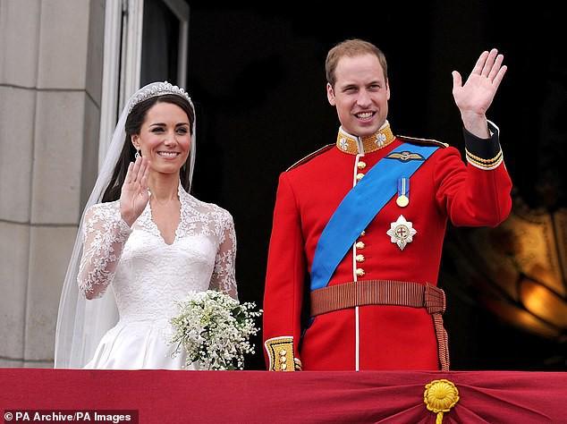 """Cung điện hoàng gia Anh đăng ảnh kỷ niệm 8 năm kết hôn của vợ chồng Công nương Kate nhưng bình luận của người hâm mộ mới khiến cặp đôi này run rẩy""""-1"""