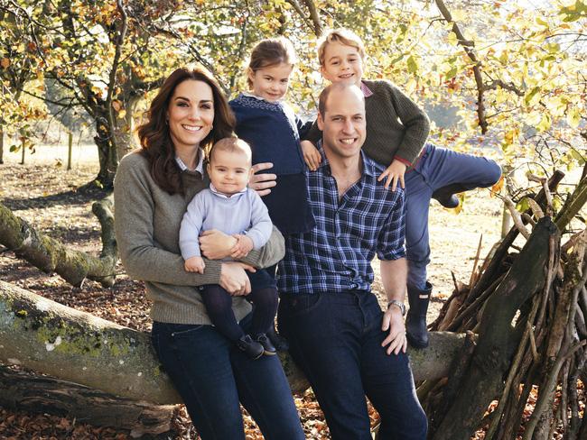 """Cung điện hoàng gia Anh đăng ảnh kỷ niệm 8 năm kết hôn của vợ chồng Công nương Kate nhưng bình luận của người hâm mộ mới khiến cặp đôi này run rẩy""""-4"""