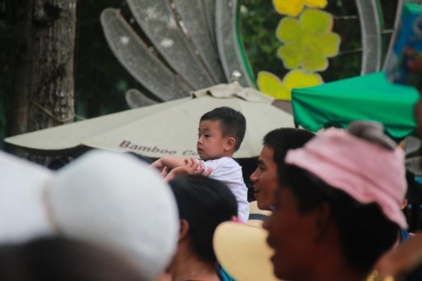 Thảo Cầm Viên vỡ trận, trẻ nhỏ gào khóc, ngồi gặm bánh mì chen chúc nhau giữa trời nắng 40 độ-3