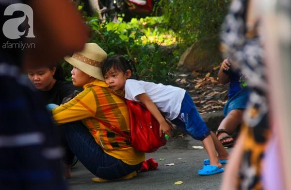 Thảo Cầm Viên vỡ trận, trẻ nhỏ gào khóc, ngồi gặm bánh mì chen chúc nhau giữa trời nắng 40 độ-6