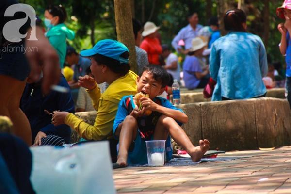 Thảo Cầm Viên vỡ trận, trẻ nhỏ gào khóc, ngồi gặm bánh mì chen chúc nhau giữa trời nắng 40 độ-14