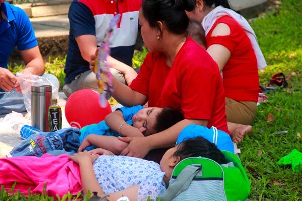 Thảo Cầm Viên vỡ trận, trẻ nhỏ gào khóc, ngồi gặm bánh mì chen chúc nhau giữa trời nắng 40 độ-16