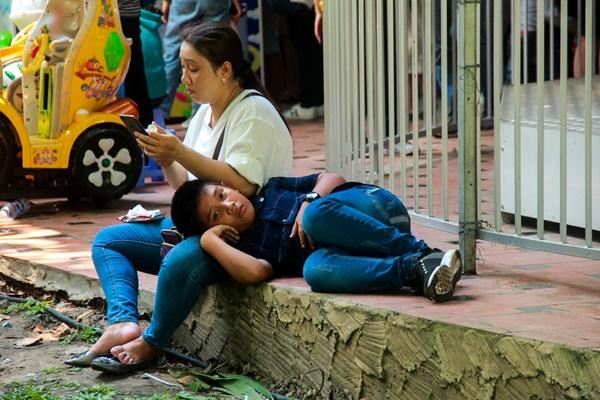 Thảo Cầm Viên vỡ trận, trẻ nhỏ gào khóc, ngồi gặm bánh mì chen chúc nhau giữa trời nắng 40 độ-18