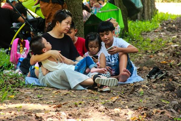 Thảo Cầm Viên vỡ trận, trẻ nhỏ gào khóc, ngồi gặm bánh mì chen chúc nhau giữa trời nắng 40 độ-19