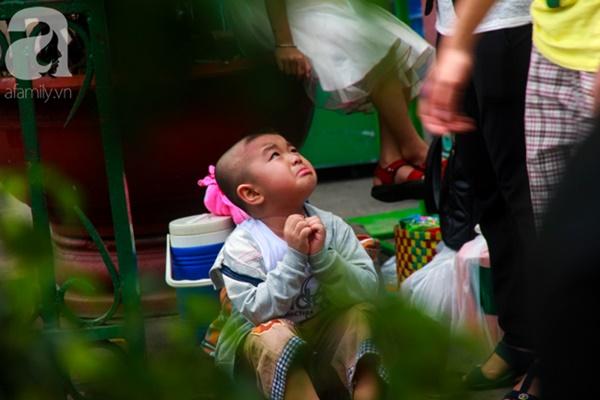Thảo Cầm Viên vỡ trận, trẻ nhỏ gào khóc, ngồi gặm bánh mì chen chúc nhau giữa trời nắng 40 độ-23