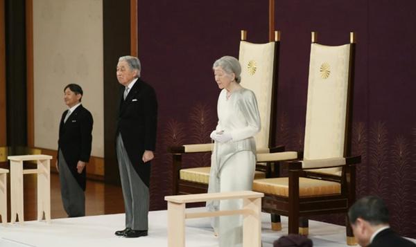 Khoảnh khắc xúc động nhất trong Lễ thoái vị: Nhật hoàng Akihito rưng rưng nắm chặt tay, dìu bước người bạn đời gắn bó 60 năm trong thời khắc chuyển giao lịch sử-1