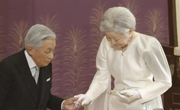 Khoảnh khắc xúc động nhất trong Lễ thoái vị: Nhật hoàng Akihito rưng rưng nắm chặt tay, dìu bước người bạn đời gắn bó 60 năm trong thời khắc chuyển giao lịch sử-2