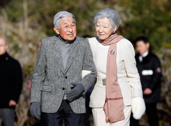 Khoảnh khắc xúc động nhất trong Lễ thoái vị: Nhật hoàng Akihito rưng rưng nắm chặt tay, dìu bước người bạn đời gắn bó 60 năm trong thời khắc chuyển giao lịch sử-3