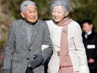 Khoảnh khắc xúc động nhất trong Lễ thoái vị: Nhật hoàng Akihito rưng rưng nắm chặt tay, dìu bước người bạn đời gắn bó 60 năm trong thời khắc chuyển giao lịch sử