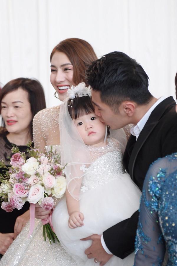 Ngọc Trinh cùng dàn mỹ nhân Vbiz nổi bật nhưng chưa chiếm spotlight bằng con gái tròn 1 tuổi trong đám cưới Lê Hà-4