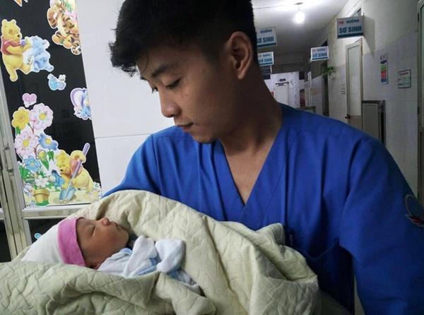 Hà Nội: Bé trai khoảng 10 ngày tuổi bị bỏ rơi ở xe rác trong đêm mưa tầm tã-1