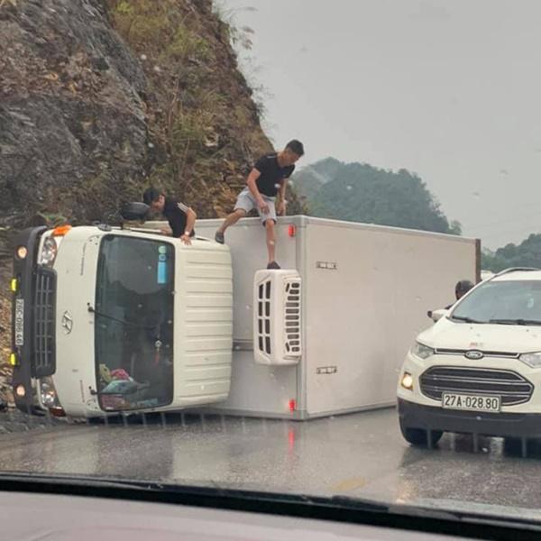 Clip: Xe tải ôm cua đâm vào vách núi lật nghiêng, quyết định của tài xế xe ngược chiều gây chú ý-1