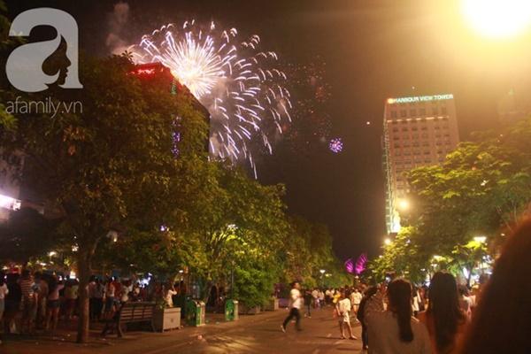 Ngắm nhìn màn bắn pháo hoa, người dân khắp cả nước chào mừng Ngày giải phóng miền Nam 30/4-1