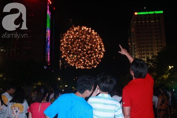 Ngắm nhìn màn bắn pháo hoa, người dân khắp cả nước chào mừng Ngày giải phóng miền Nam 30/4-2