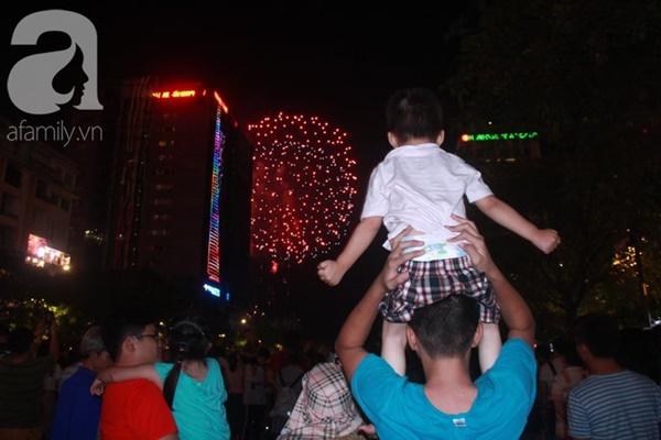 Ngắm nhìn màn bắn pháo hoa, người dân khắp cả nước chào mừng Ngày giải phóng miền Nam 30/4-3