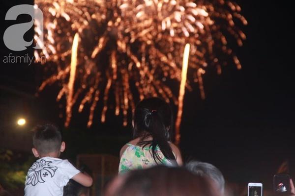 Ngắm nhìn màn bắn pháo hoa, người dân khắp cả nước chào mừng Ngày giải phóng miền Nam 30/4-4