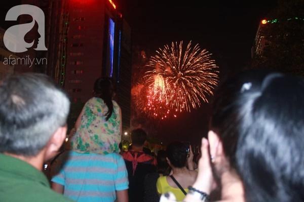 Ngắm nhìn màn bắn pháo hoa, người dân khắp cả nước chào mừng Ngày giải phóng miền Nam 30/4-5