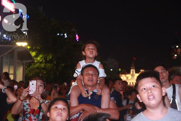 Ngắm nhìn màn bắn pháo hoa, người dân khắp cả nước chào mừng Ngày giải phóng miền Nam 30/4-6