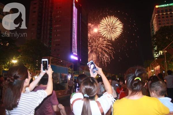 Ngắm nhìn màn bắn pháo hoa, người dân khắp cả nước chào mừng Ngày giải phóng miền Nam 30/4-7