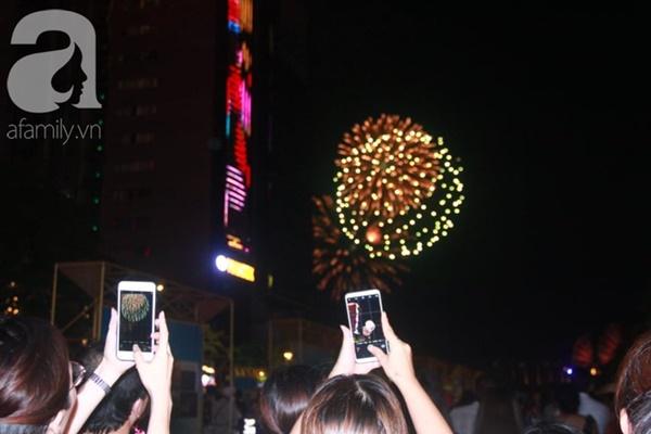 Ngắm nhìn màn bắn pháo hoa, người dân khắp cả nước chào mừng Ngày giải phóng miền Nam 30/4-8