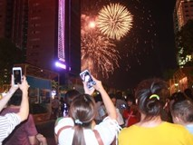 Ngắm nhìn màn bắn pháo hoa, người dân khắp cả nước chào mừng Ngày giải phóng miền Nam 30/4