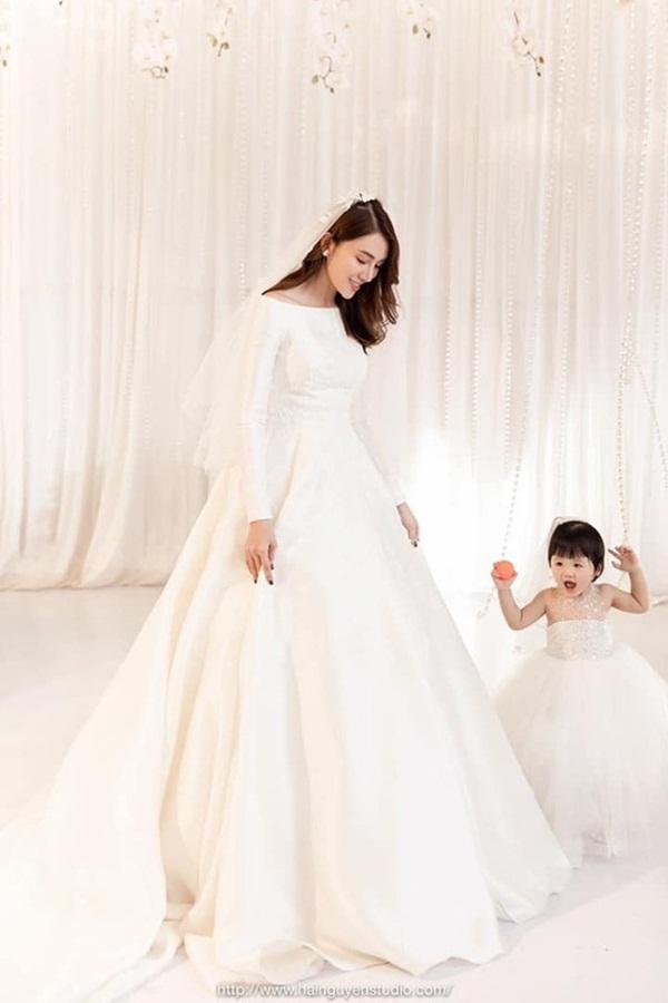 Ngắm bộ váy cưới Lọ Lem trị giá 400 triệu của Lê Hà, nhưng dân tình lại mê mẩn bộ váy trắng của công chúa tí hon bên cạnh cô-6