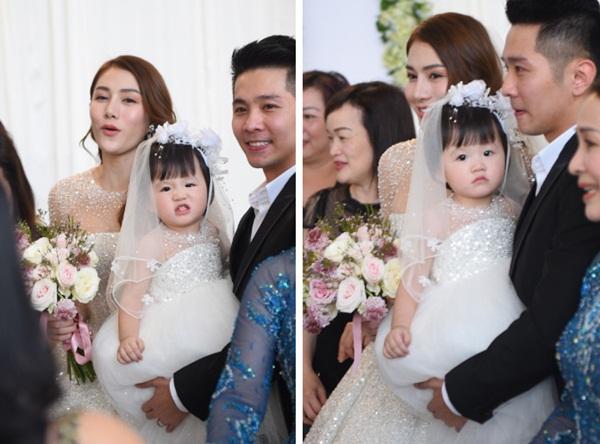 Ngắm bộ váy cưới Lọ Lem trị giá 400 triệu của Lê Hà, nhưng dân tình lại mê mẩn bộ váy trắng của công chúa tí hon bên cạnh cô-7