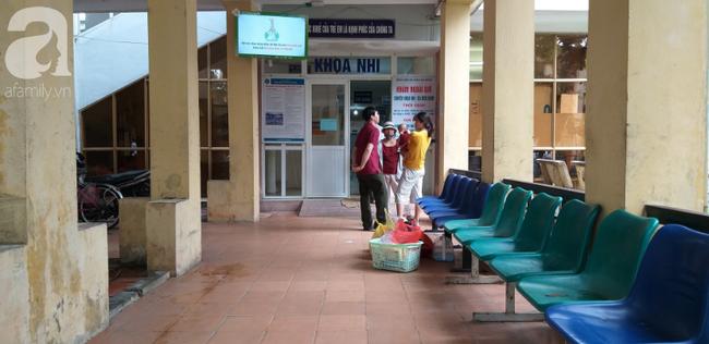 Hà Nội: Phát hiện bé trai còn đỏ hỏn bị bỏ trong thùng rác giữa trời mưa - H3