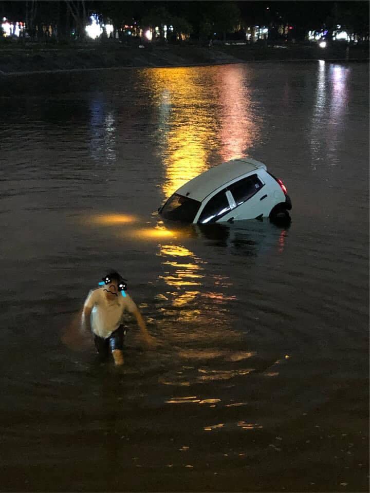 Ô tô lao xuống hồ Linh Đàm lúc nửa đêm, dưới chân tòa HH-1