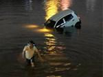 Hàng trăm người dân hiếu kỳ đứng xem trục vớt chiếc ô tô lao xuống hồ Linh Đàm-1