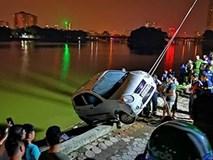 Hàng trăm người dân hiếu kỳ đứng xem trục vớt chiếc ô tô lao xuống hồ Linh Đàm