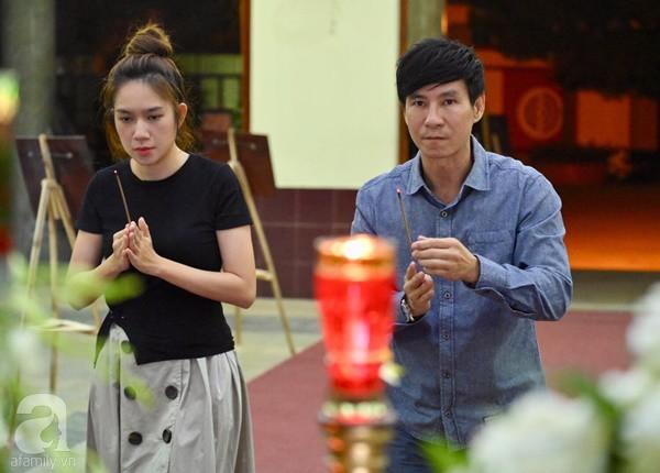 Nghệ sĩ Quyền Linh, Vân Trang mắt đỏ hoe, thẫn thờ ôn lại những kỷ niệm cùng cố nghệ sĩ Lê Bình-7