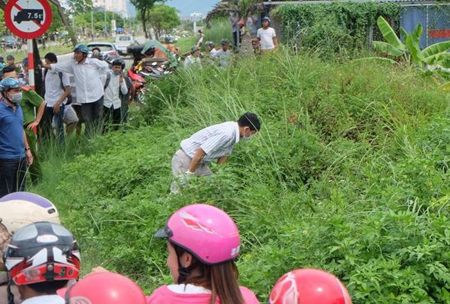 Tá hỏa phát hiện thi thể nam giới giữa cánh đồng, bên cạnh chiếc xe gắn máy-1