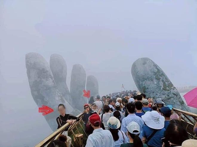 Góc chơi trội: Du khách chui hẳn ra ngoài lan can Cầu Vàng để chụp ảnh khiến nhiều người thót tim-1
