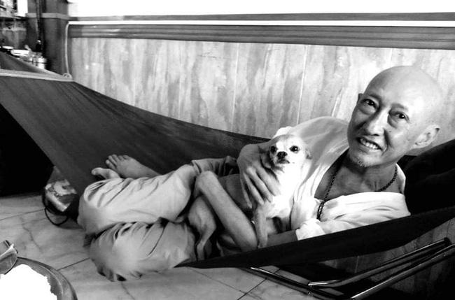 Rơi nước mắt với hình ảnh chú cún nhỏ buộc khăn tang trắng, quanh quẩn không rời bên linh cữu cố nghệ sĩ Lê Bình-10