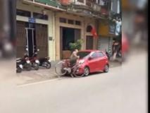 Say rượu người đàn ông tông thẳng vào ô tô ven đường