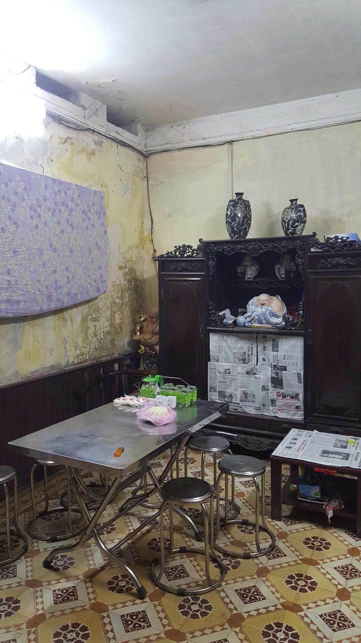 Ban thờ lập vội trong căn nhà tồi tàn của nạn nhân vụ tai nạn ở hầm Kim Liên-5