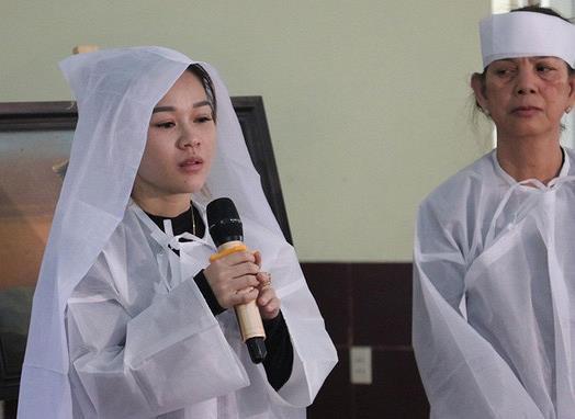 Con gái nghệ sĩ Lê Bình đăng clip cắt móng, bóp tay cha gây xúc động-1