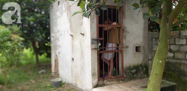 Cận cảnh chiếc chuồng của người bố nhốt con trai như vật nuôi, đầy ruồi muỗi và hôi thối được bạn bè giải cứu ở Hưng Yên-6