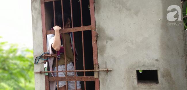 Cận cảnh chiếc chuồng của người bố nhốt con trai như vật nuôi, đầy ruồi muỗi và hôi thối được bạn bè giải cứu ở Hưng Yên-14