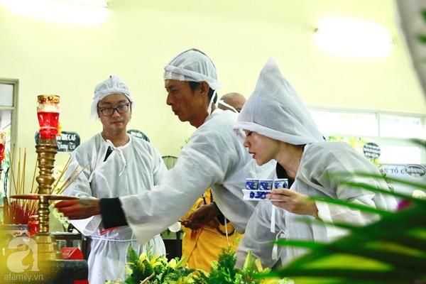 Hình ảnh hiếm hoi của người con trai thứ 2 nhà cố nghệ sĩ Lê Bình, không nói chuyện với ai ngồi bần thần lặng lẽ bên linh cữu cha-2